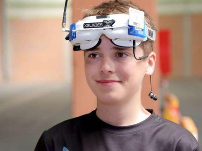 Luke Bannister, de 15 anos, com os óculos com os quais pilota seu drone.