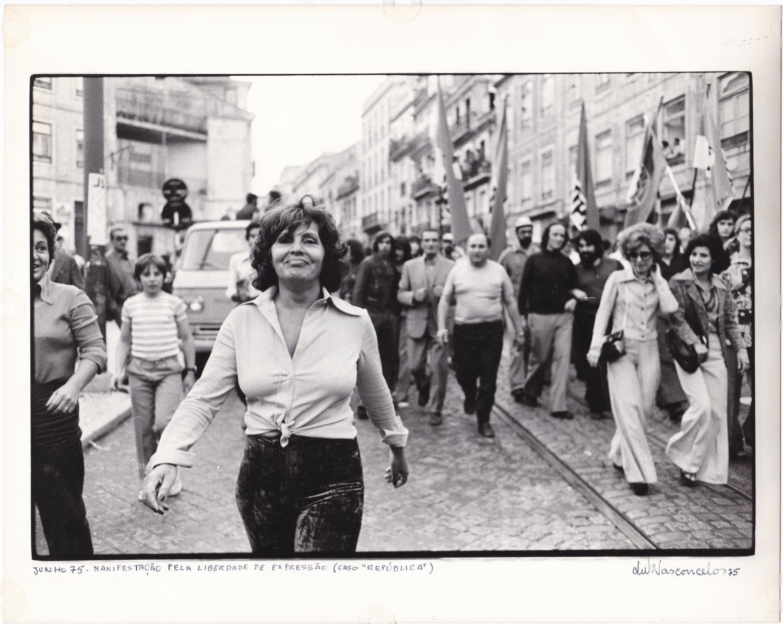 Amália Rodrigues, numa manifestação convocada em 1975 pelo Partido Comunista de Portugal pelo chamado 'caso República'.