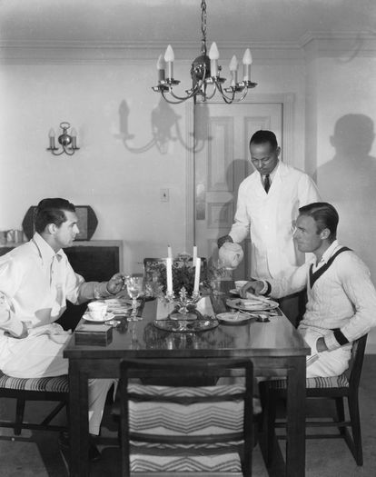 Cary Grant e Randolph Scott jantam na sala de sua casa em Santa Monica.