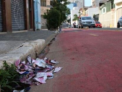 São Paulo - Panfletos dos candidatos das eleições municipais, conhecidos como santinhos, descartados na rua Abolição, Bela Vista.