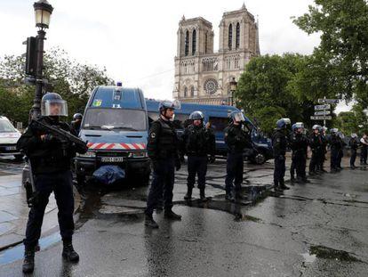 Homem é baleado após agredir policial com martelo na Catedral de Notre Dame, em Paris