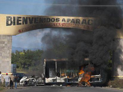 Veículos em chamas na entrada de Paracuaro, em Michoacán.