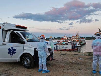 Equipe de saúde aguarda no porto de Iquitos para transferir pacientes ao hospital da região, em 18 de junho.
