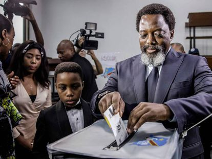 O presidente da República Democrática do Congo, Joseph Kabila, vota nas eleições de 30 de dezembro em Kinshasa.