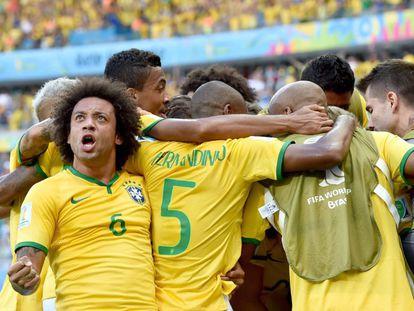 Os jogadores brasileiros comemoram o primeiro gol do Brasil contra o Chile.