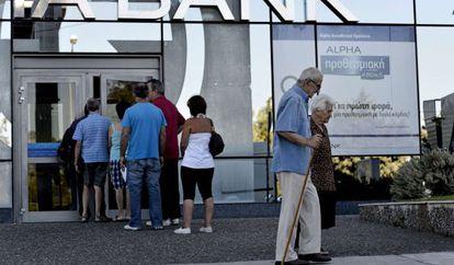 Fila em uma agência bancária em Atenas.