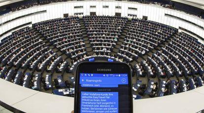 Um SMS mostra informações sobre o 'roaming' durante plenária do Parlamento Europeu em Estrasburgo.