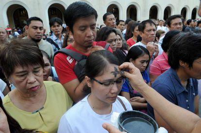 Católicos filipinos recebem as cinzas nesta quarta-feira.