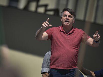 O presidente Jair Bolsonaro discursa durante protesto por intervenção militar, em Brasília.