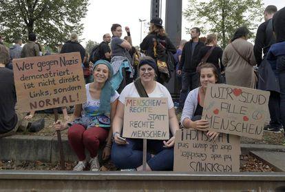 """""""Quem protesta contra os nazistas não é de esquerda, mas normal""""; """"direitos humanos ao invés de humanos de direita"""" e """"nós somos todos humanos"""", nos cartazes em protesto em Chemnitz, na Alemanha, no dia 3 de setembro."""