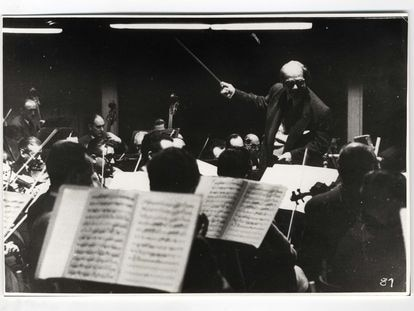 Heitor Villa-Lobos rege orquestra.
