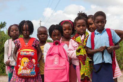 Um grupo de meninas e meninos posa a caminho da escola, em Manhiça.
