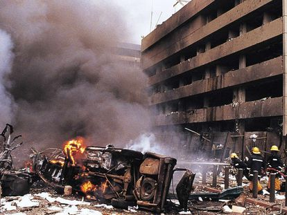 A Embaixada dos Estados Unidos em Nairóbi, no Quênia, após o atentado em 7 de agosto de 1998