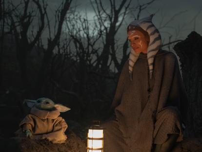 O personagem Grogu e Rosario Dawson como Ahsoka na segunda temporada de 'The Mandalorian'.