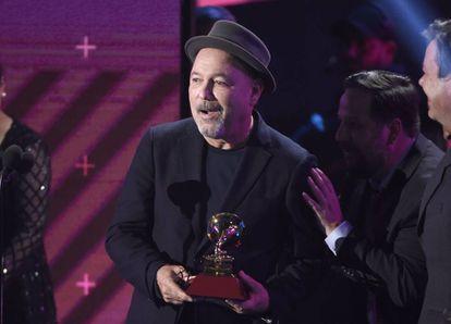 Rubén Blades recebe o prêmio de disco do ano.