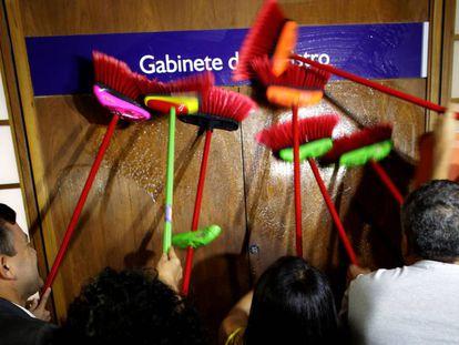 Funcionários do Ministério da Trasnparência protestam no gabinete de Fabiano Silveira.