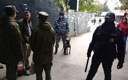 Policiais russos na Universidade Estatal de Perm, na Rússia, cenário do massacre desta segunda-feira.
