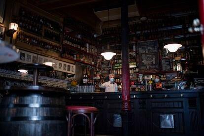 Garçons no bar La Bodega de la Ardosa, em Madri.