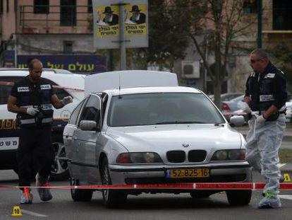 Agentes da polícia no lugar em que Taher Lala foi baleado, em Tel Aviv.