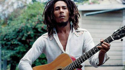 Bob Marley, em frente a sua casa em Kingston, em1976.