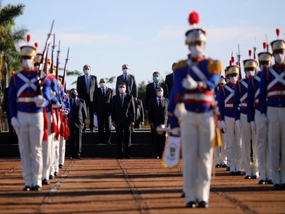 O presidente Jair Bolsonaro e ministros participam de cerimônia de hasteamento da bandeira do Brasil, em 12 de maio.