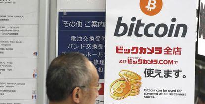 Publicidade do bitcoin em uma loja de Tóquio, Japão.