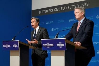 O secretário de Estado norte-americano, Antony Blinken, ao lado do secretário-geral da OCDE, Mathias Cormann, ao fim da reunião ministerial da organização nesta semana.