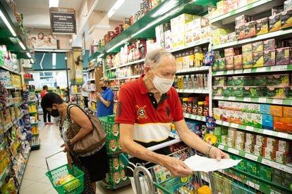 Com o aumento de preço dos alimentos, o professor aposentado David Garbi, de 90 anos, tem cortado vários produtos da lista de compras do mês.