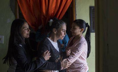 Leidy (esquerda) é gerontologista e filha de Yamile (centro), que sofre de Alzheimer aos 46 anos.