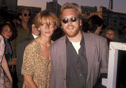 Julia Roberts e Kiefer Sutherland assistindo à estreia do filme 'Duro de Matar 2'. Era 1990 e seu relacionamento era documentado diariamente nos jornais.