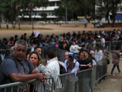 Desemprego no Brasil aumenta e 13,1 milhões de brasileiros estão em busca de um trabalho. Em São Paulo, Mutirão de Emprego atrai 15.000 pessoas e milhares chegam a dormir na fila para deixar o currículo e conseguir uma entrevista de emprego