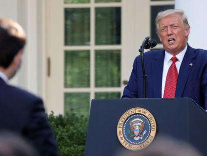 Na foto, o presidente norte-americano, Donald Trump, em uma entrevista coletiva nos jardins da Casa Branca.