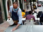 GRAF9617. OVIEDO, 22/05/2020.- Un camarero prepara una mesa en una terraza de la calle Gascona de Oviedo, este viernes. El Principado de Asturias pasará a la fase 2 de la desescalada a partir del próximo lunes, 25 de mayo, ha anunciado el ministro de Sanidad, Salvador Illa, en la rueda de prensa posterior al Consejo de Ministros. EFE/J.L. Cereijido. Asturias pasará a la fase 2 de la desescalada a partir del lunes OVIEDO(ASTURIAS) 22/05/2020.- Aspecto que presenta en la tarde de hoy viernes las terrazas de la calle Gascona de Oviedo. El Principado de Asturias pasará a la fase 2 de la desescalada a partir del próximo lunes, 25 de mayo, ha anunciado el ministro de Sanidad, Salvador Illa, en la rueda de prensa posterior al Consejo de Ministros. EFE/J.L. Cereijido.