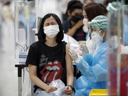 Mulher recebe a vacina da AstraZeneca na Tailândia nesta sexta-feira.