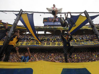 Torcedores do Boca incentivam a equipe em uma partida contra o River disputada em 2016, na Bombonera.