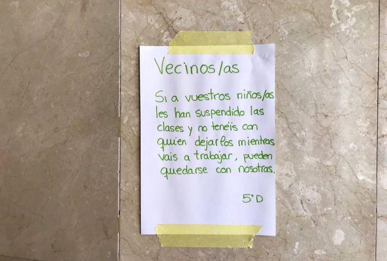 Cartaz onde estudantes oferecem ajuda aos vizinhos para cuidar das crianças, publicado no Twitter por Camila Pinheyro.  TWITTER / 11/03/2020