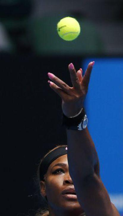 Serena Williams no momento do saque durante sua partida contra a sérvia Vesna Dolonc no Aberto da Austrália 2014, em Melbourne.