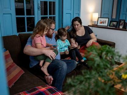 O casal Claudio Mumme Harger da Silva e Natália Machado de Carvalho Harger, com os filhos Thomas e Laura Carvalho Harger.
