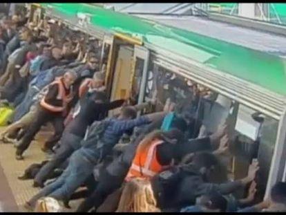 Um, dois, três, empurrem o trem