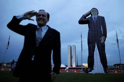 Militante ao lado de boneco inflável de Bolsonaro.