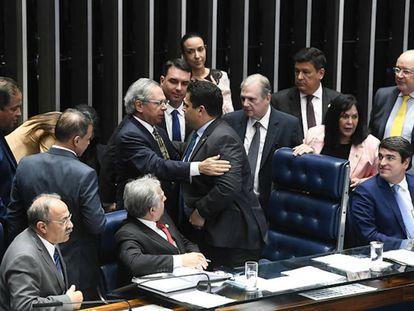 Ministro Paulo Guedes e o presidente do Senado, Davi Alcolumbre, em votação em segundo turno da reforma da Previdência.