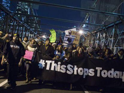 Milhares de pessoas protestam contra a polícia em Nova York.