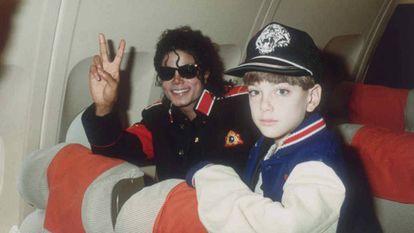 Michael Jackson com Jimmy Safechuck em seu avião em 1988.