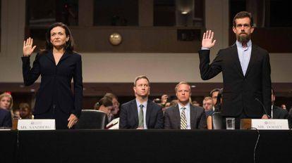 A diretora operacional do Facebook, Sheryl Sandberg, e o executivo-chefe do Twitter, Jack Dorsey, durante seu depoimento ao Congresso dos Estados Unidos