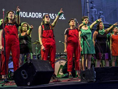 O coletivo Las Tesis interpreta a performance 'Un violador en tu camino' em Buenos Aires em fevereiro de 2020.