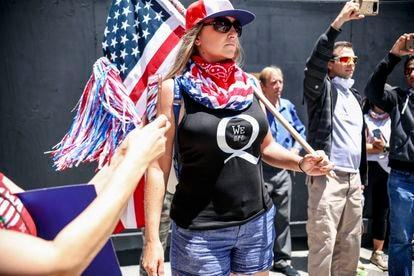 Manifestantes da teoria da conspiração QAnon protestam contra a recomendação de ficarem em casa, em 1 de maio de 2020, em San Diego, Califórnia.