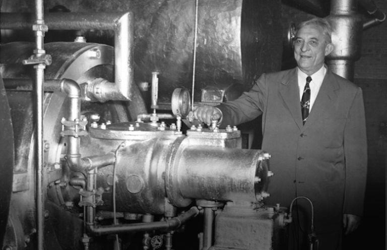 Willis Carrier junto a uma de suas máquinas.