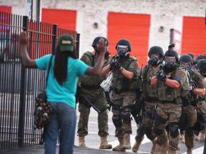 Uma cena dos distúrbios em Ferguson, Missouri.