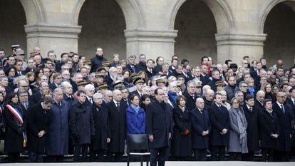 François Hollande e outros membros do Governo assistem à homenagem oficial às vítimas dos atentados jihadistas de Paris no pátio de armas do palácio dos Inválidos.