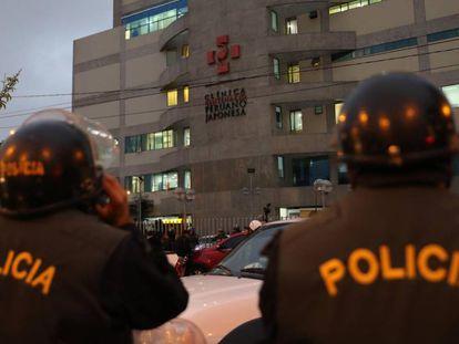 Grupo de policiais guarda a clínica onde Alberto Fujimori está internado.